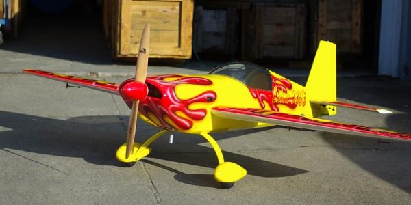 Modellflugzeug an Land