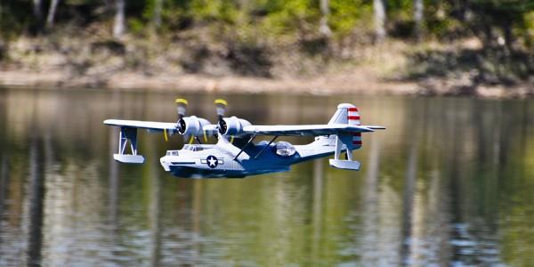 Modellflugzeug über Wasser