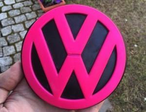 VW Emblem neon-pink