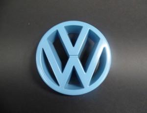 VW Emblem pastellblau glänzend