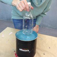 Glasflasche eintauchen