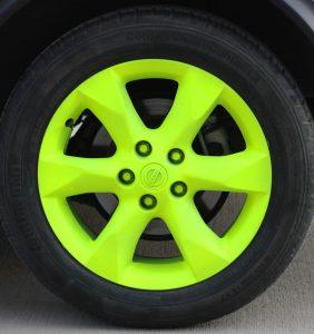Neon-gelb sprühfolierte Felge
