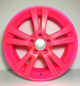 Neon-pink beschichtete Felge