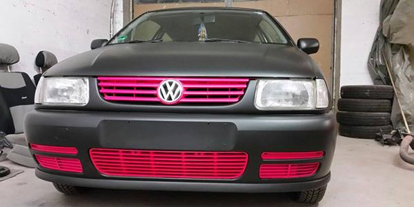 VW Polo schwarz matt + neon-pink Grill foliert